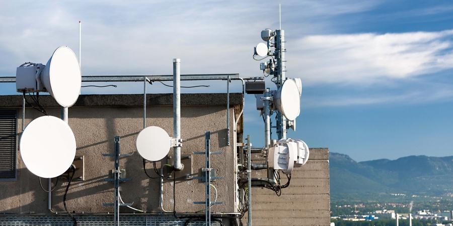 Des antennes de téléphonies sur un toit
