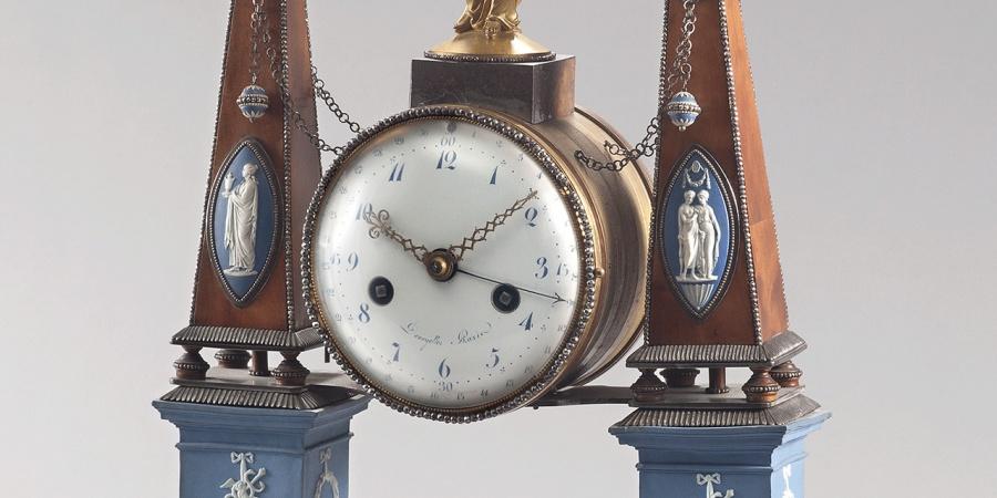 """Ferdinand-Philippe Denoyelles, pendule portique """"à obélisques"""", vers 1785-1800. Photothèque du Musée d'art et d'histoire (MAH)"""