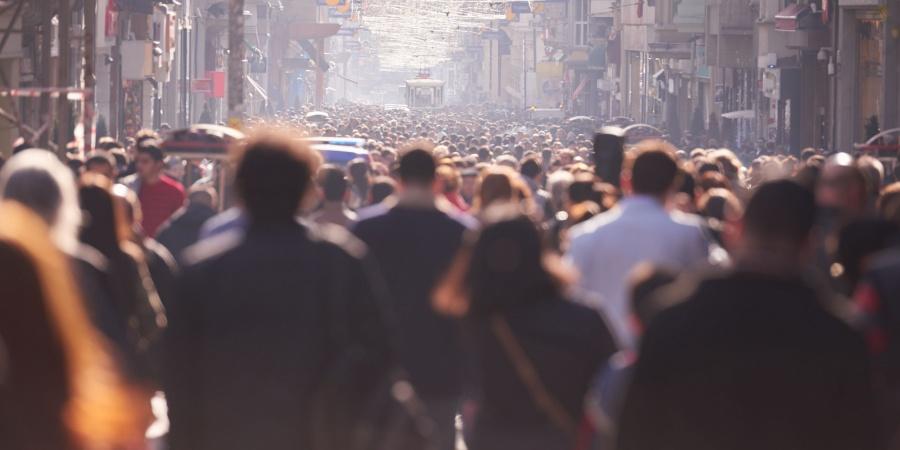 foule des gens marchant dans la rue