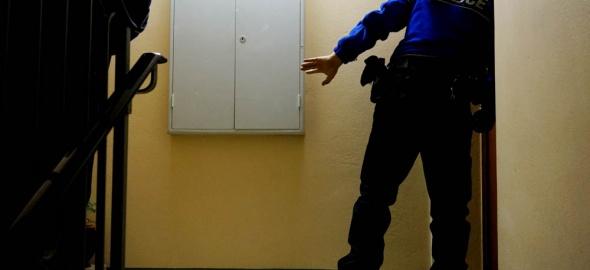 Vérifiez en appelant le 117 que la personne qui frappe à votre porte est bien un policier.
