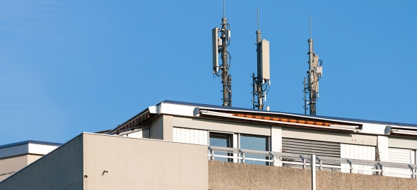 Un toit à la Cité Vieusseux avec des antennes de téléphonie mobile