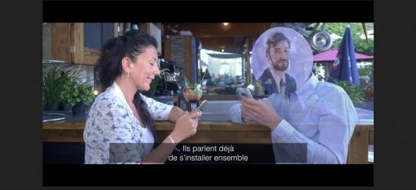 Une femme converse avec un homme par le biais du téléphone portable
