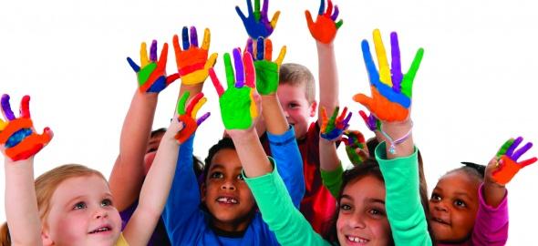 Des enfants qui lèvent les mains