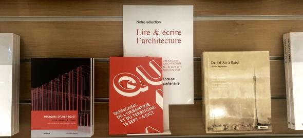 """Stand de livres autour de la """"Quinzaine"""" en librairie"""