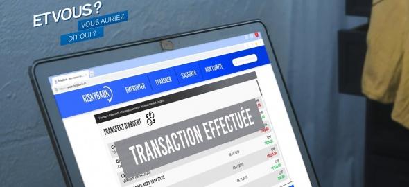 Une personne effectue une transaction depuis son ordinateur