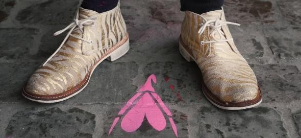 deux chaussures et le graffiti d'un clitoris