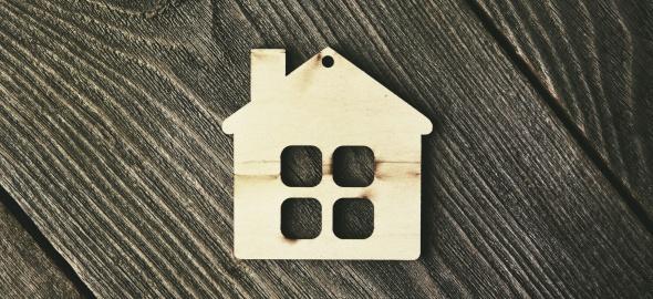symbol maison en bois sur fond bois