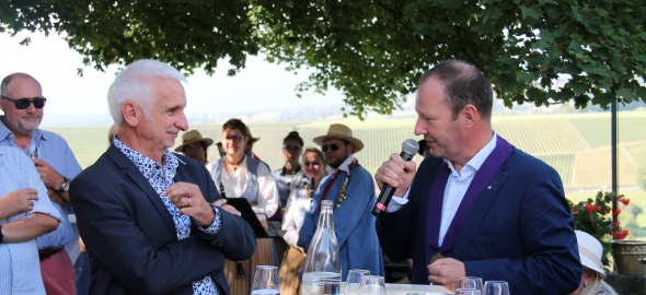 M. Serge Dal Busco, Vice-président du Conseil d'Etat, remet la cuvée 2018 de la Vigne des Nations au Dr Bernard Pécoul, Directeu