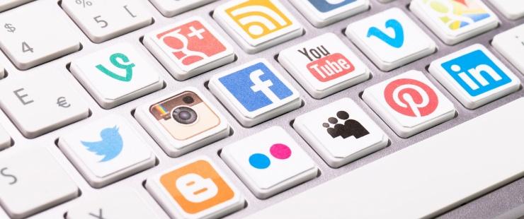 clavier avec les pictogrames des réseaux sociaux