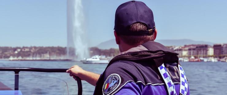 La brigade de la navigation patrouille sur le lac