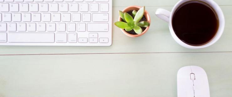 Souris, clavier et tasse de café