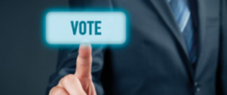 personne qui appuie sur le bouton vote