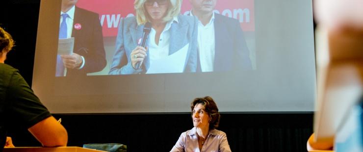 """La conseillère d'Etat  Anne Emery-Torracinta """"en classe"""" au CO de la Gradelle / photo: David Wagnières"""