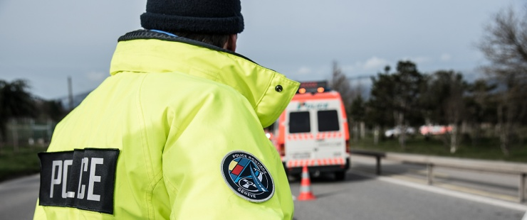 Un policier de la police routière sur la route