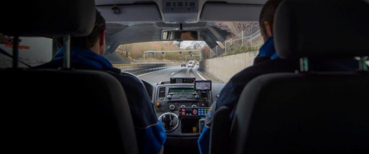 Deux policiers dans une voiture de patrouille