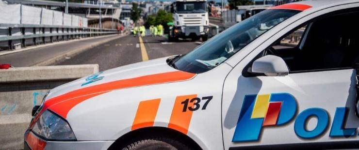 Voiture de police devant des travaux sur la route