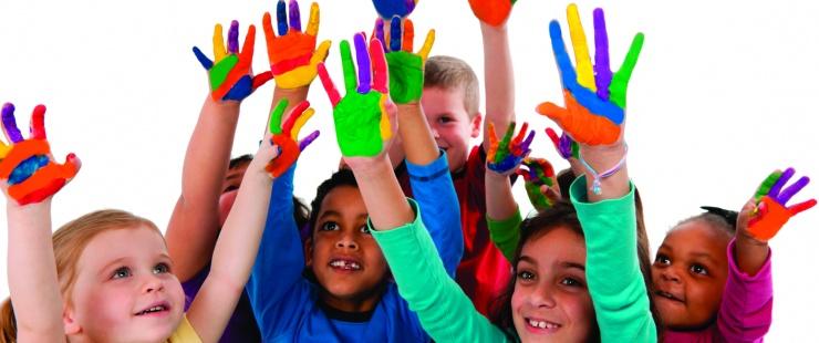 Enfants qui lèvent les mains